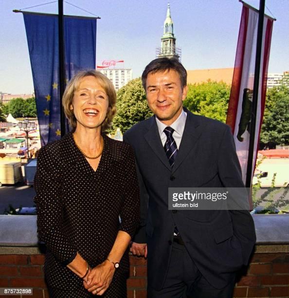 Bärbel Dieckmann Oberbürgermeisterin von Bonn und Ehemann Jochen Dieckmann Landesjustizminister von NordrheinWestfalen werden während ihres...