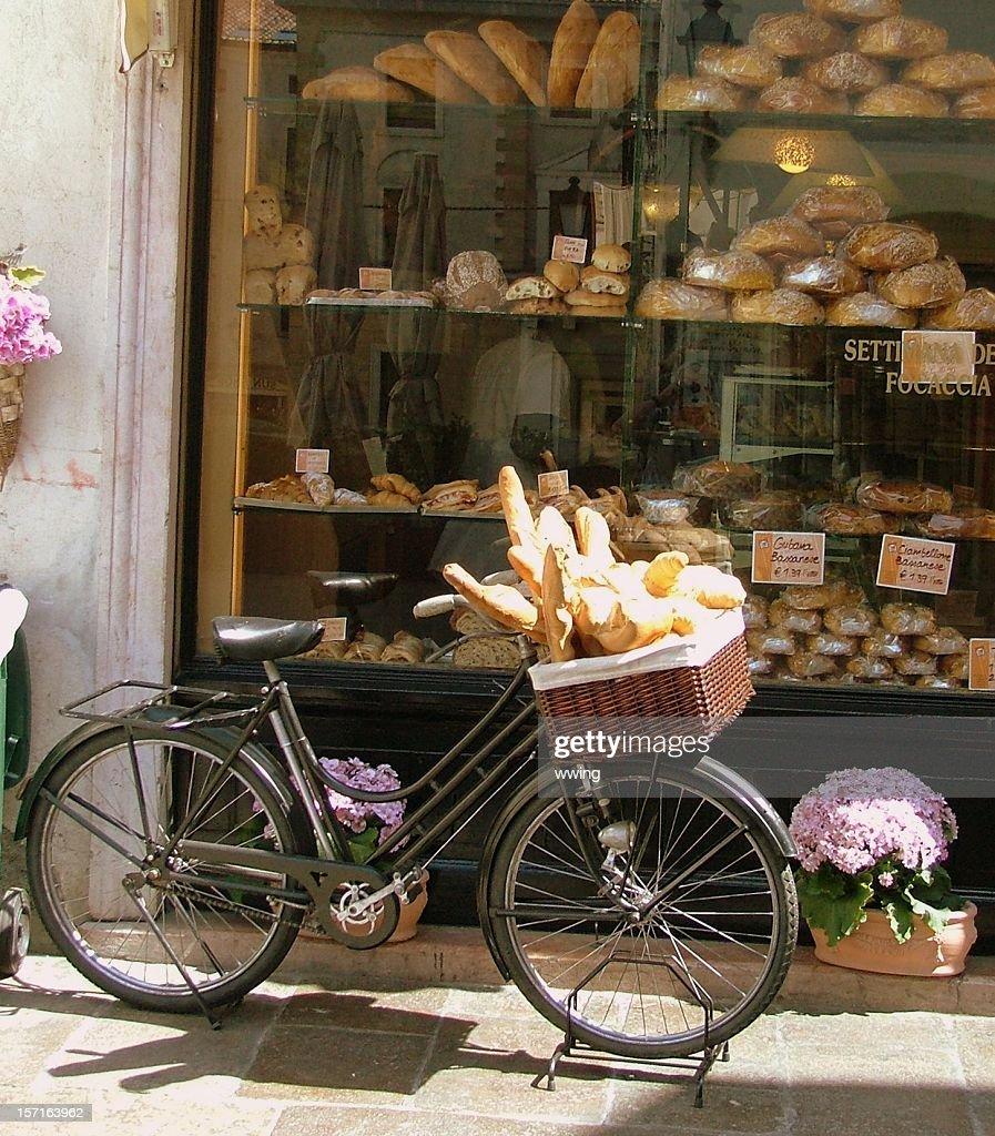 Brot Lieferung Fahrrad mit Bäckerei Window- Brote mit Füllung im Korb : Stock-Foto