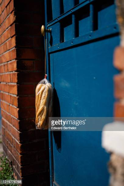 bread delivery in a plastic bag on a house door - edward berthelot photos et images de collection
