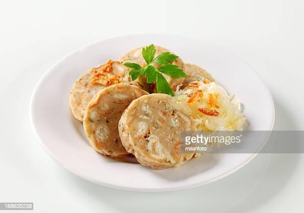 Raviolis chinois pain cuit déchiré avec chou