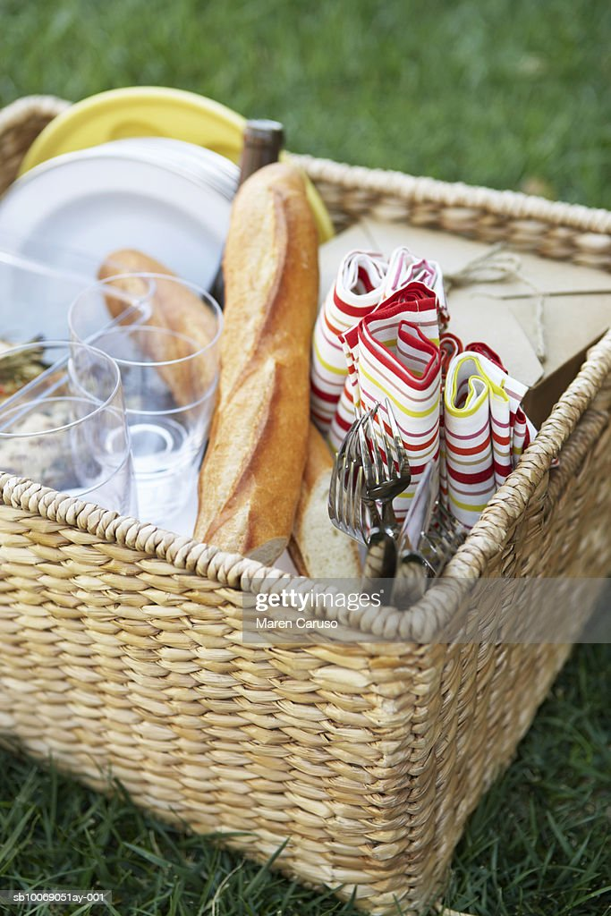 Bread, napkin and tableware in picnic basket, close-up : Stockfoto