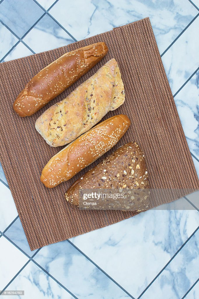 Bread with sunflower seeds and sesame seeds on  wicker napkin : Foto de stock