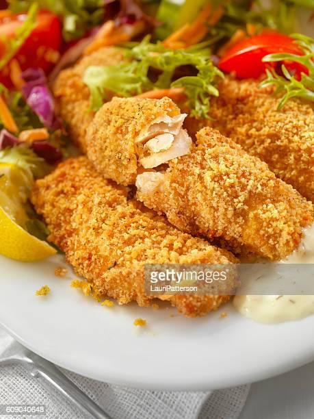 Panierter und gebackener Fisch mit Sauce Tartar abgerundet Stöcke