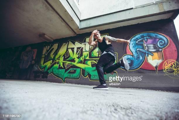 breakdance tricks - wettbewerb unterhaltungsveranstaltung stock-fotos und bilder
