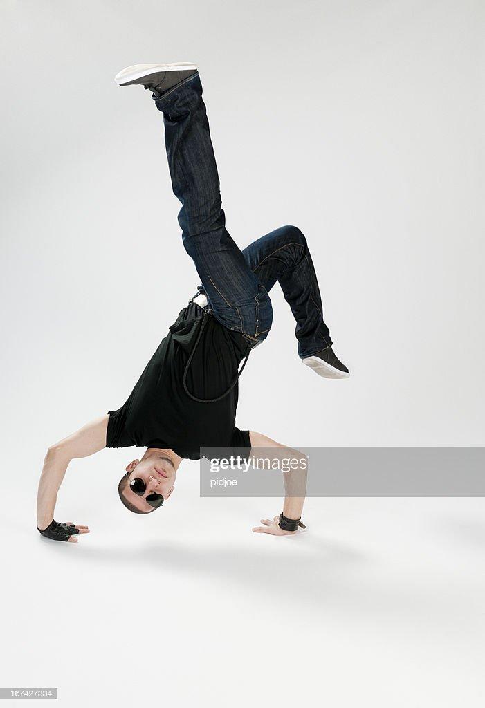 breakdancer realiza hacer el pino : Foto de stock