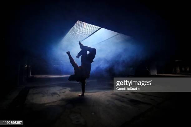breakdancer - aktiver lebensstil stock-fotos und bilder