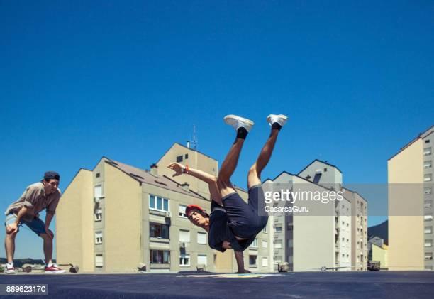 市では、屋根の上で踊ってブレイク
