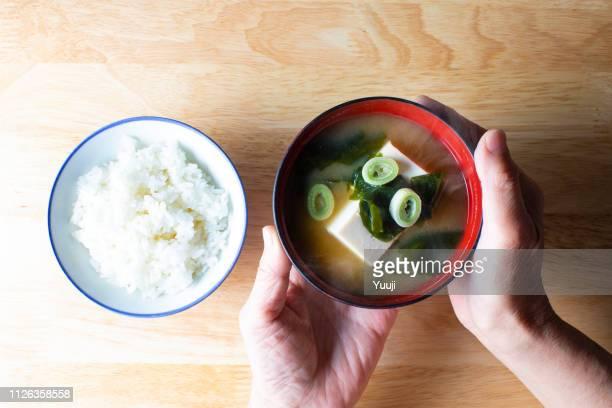 desayuno y el almuerzo con arroz y platos únicos a japón se colocan en la bandeja. comemos con arroz cocido como nuestro alimento. - washoku fotografías e imágenes de stock