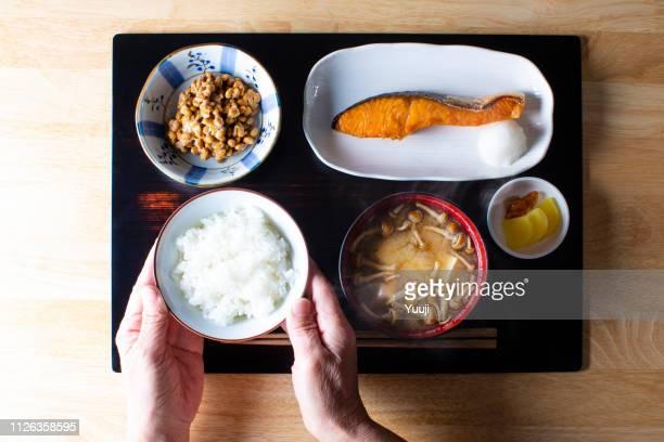 朝食とランチご飯とおかずトレイに日本独自。主食として米飯で食べる。 - おかず系 ストックフォトと画像