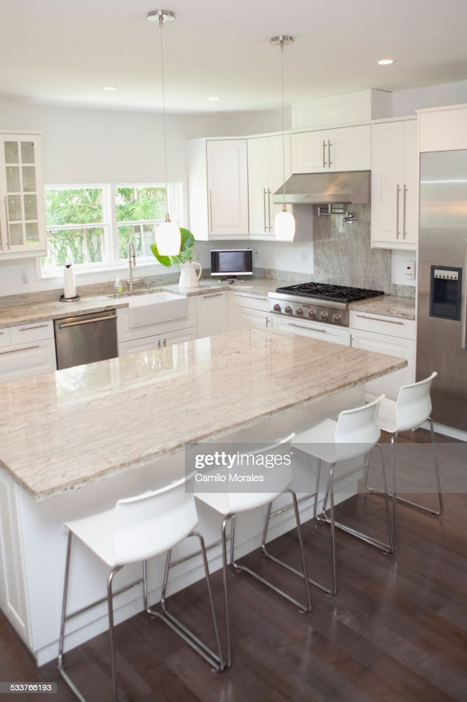 Breakfast bar, stools and counters in modern kitchen : Foto stock