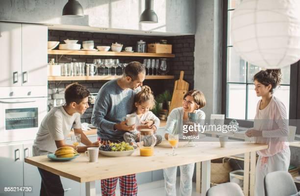 zum frühstück erwarten sie gemeinsam als familie - frühstück stock-fotos und bilder
