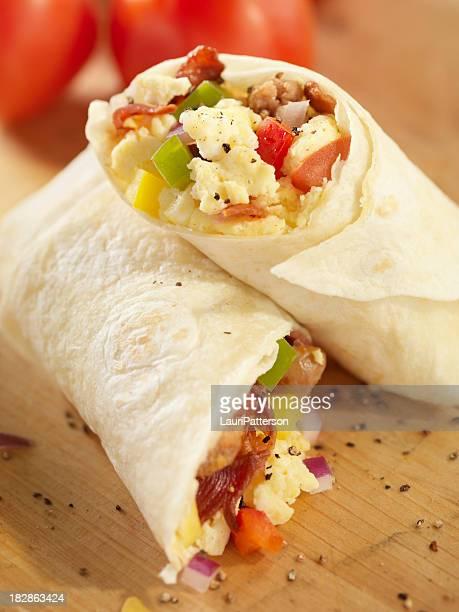 Burrito de petit déjeuner avec des œufs brouillés