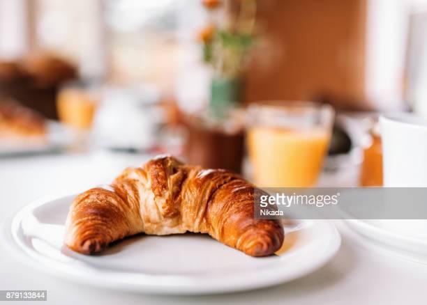 Frühstück - Croissant auf Tisch