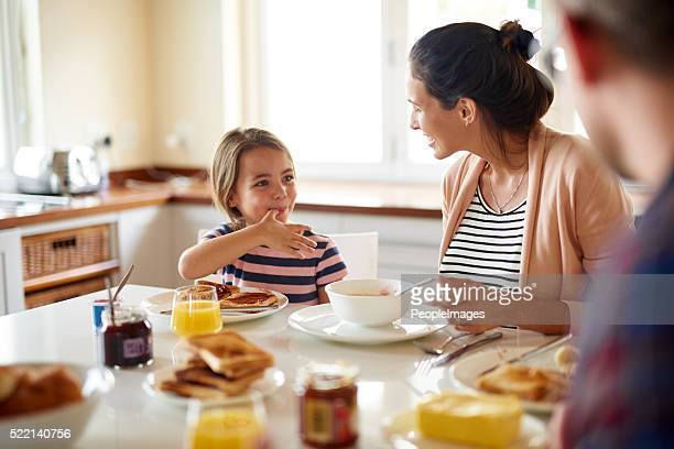 breakfast is better with family - ontbijt stockfoto's en -beelden