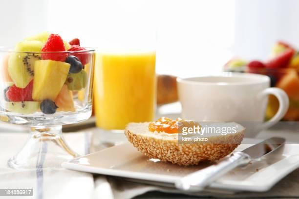 朝食付き)-「パン、バターとジャム、コーヒー、フルーツ