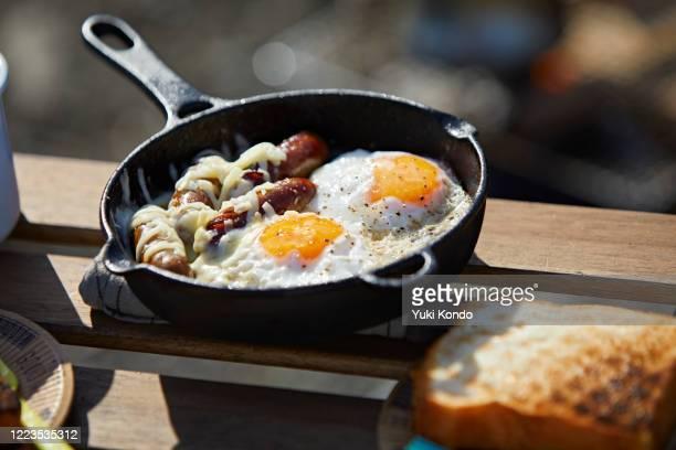 breakfast served in a skillet. - アウトドア ストックフォトと画像