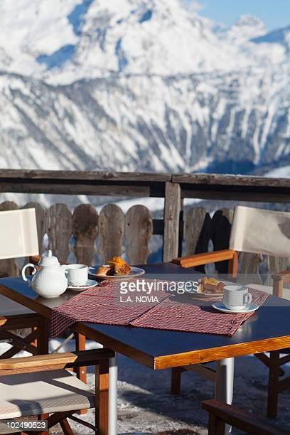 breakfast table in a restaurant terrace, courchevel, alps, france - courchevel - fotografias e filmes do acervo