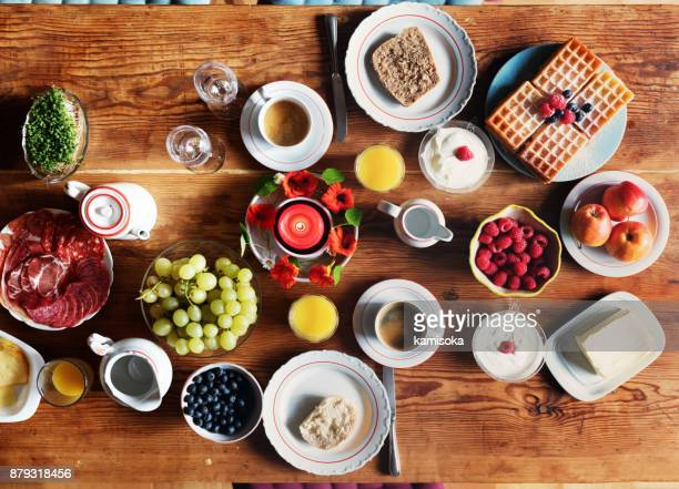 breakfast table – overhead view - the brunch stock pictures, royalty-free photos & images