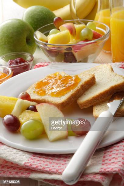 Ontbijt: Toast, fruitsalade en jus d'orange stilleven
