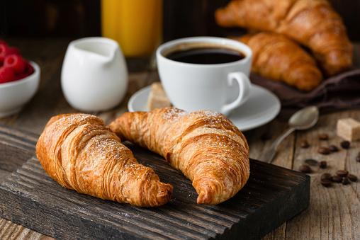 Breakfast with croissants, coffee, orange juice and berries 1001971972