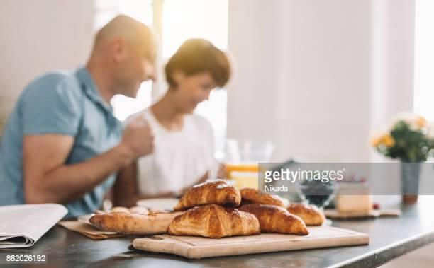 frühstück mit frischen croissants - sonntag stock-fotos und bilder