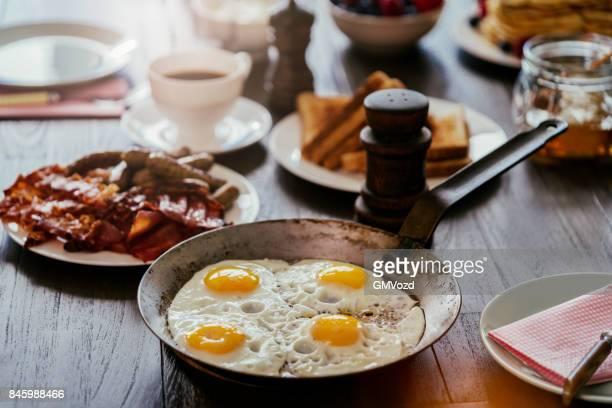 Frühstück mit Spiegelei und Speck