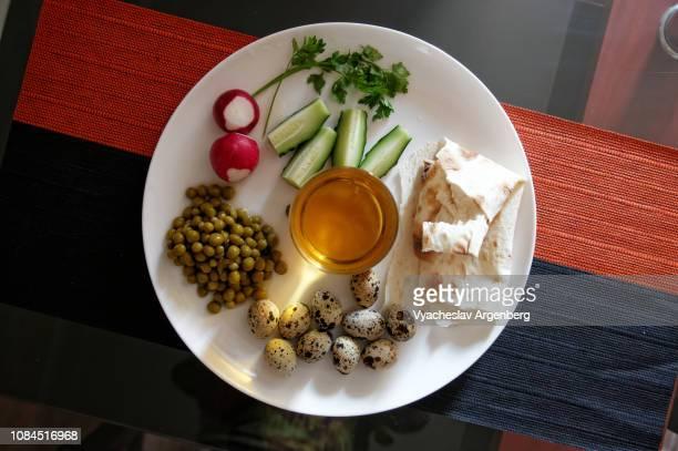 breakfast with peas, quail eggs, cucumber, pita bread and apple juice - argenberg - fotografias e filmes do acervo