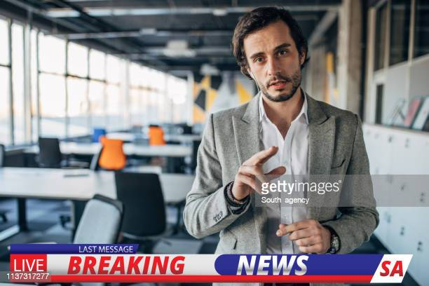breaking news verslaggever - de media stockfoto's en -beelden