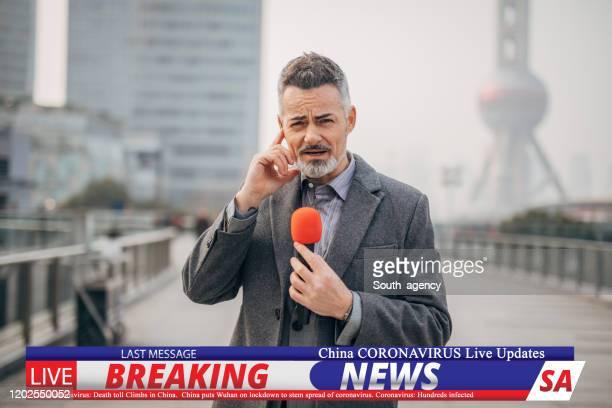 上海のダウンタウンからコロナウイルスを報告するニュースレポーターを速報 - メディア機材 ストックフォトと画像