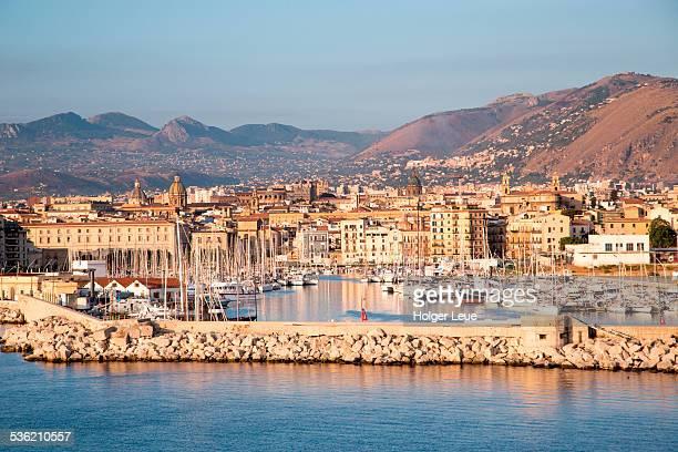 breakwater, marina, city and mountains - シチリア パレルモ市 ストックフォトと画像
