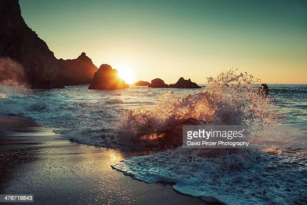 breakwater - 打ち寄せる波 ストックフォトと画像