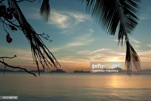 breathtaking sunset in el nido, palawan, philippines - argenberg bildbanksfoton och bilder