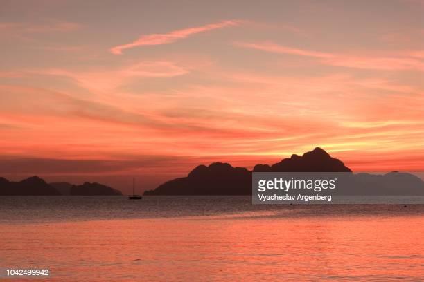 breathtaking tropical sunset in el nido, palawan, philippines - argenberg bildbanksfoton och bilder