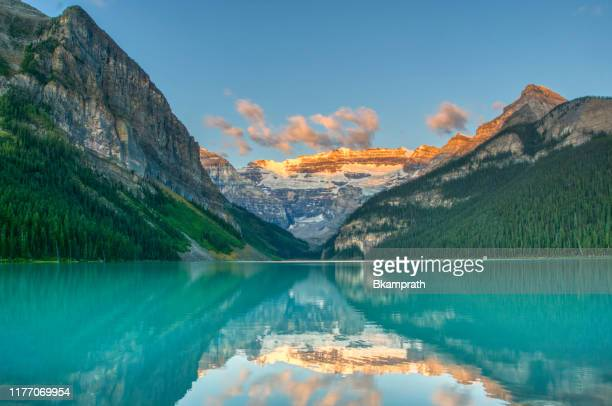breathtakingly beautiful scenery of lake louis in banff national park, alberta, canada - lago imagens e fotografias de stock