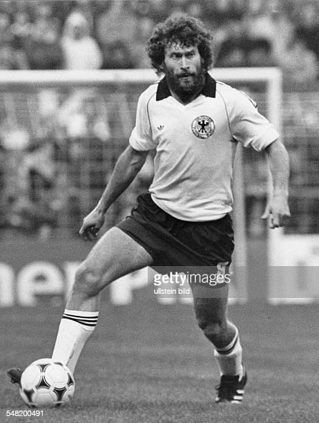 Breitner Paul * Fussballspieler D Nationalspieler Weltmeister 1974 Ganzkoerperaufnahme in Aktion mit Ball als Nationalspieler