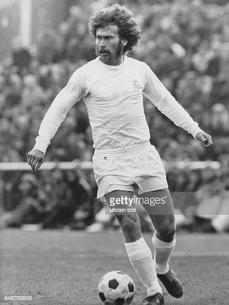 Breitner Paul * Fussballspieler D Nationalspieler Weltmeister 1974 Ganzkoerperaufnahme in Aktion mit Ball undatiert