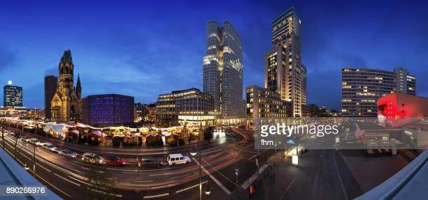 breitscheidplatz with christmas market - panorama at blue hour - berlin skyline  (germany) - memorial kaiser wilhelm - fotografias e filmes do acervo