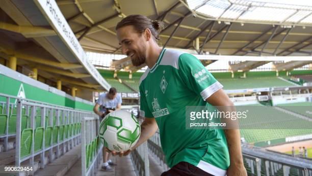 Neuzugang Martin Harnik geht bei seiner Vorstellung beim FußballBundesligisten Werder Bremen die Ostkurve des Weserstadions hoch Photo Carmen...