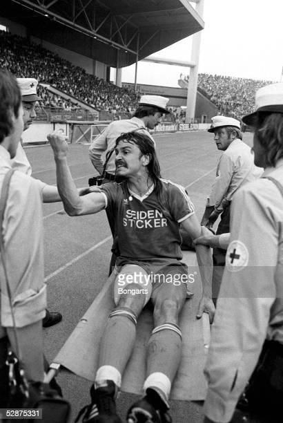 Bremen; SV WERDER BREMEN -ARMINIA BIELEFELD; Ewald LIENEN/Bielefeld wurde nach Foul von Norbert Siegmann schwer verletzt.