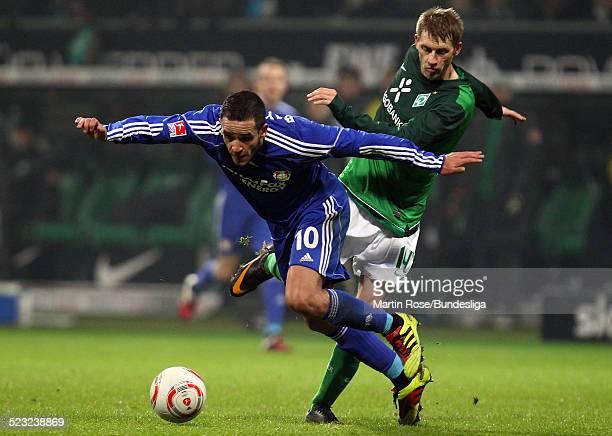 Bremen's Aaron Hunt and Leverkusen's Renato Augusto kaempfen um den Ball waehrend des Bundesligaspiels zwischen SV Werder Bremen Bayer Leverkusen im...