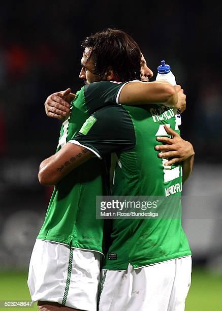 Bremen's Claudio Pizarro L9 und Hugo Almeida jubeln nach dem Bundesligaspiel zwischen SV Werder Bremen und Hamburger SV im Weser Stadion am 25...