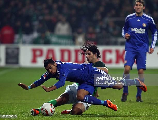 Bremen's Claudio Pizarro und Leverkusen's Arturo Vidal kaempfen um den Ball waehrend des Bundesligaspiels zwischen SV Werder Bremen Bayer Leverkusen...