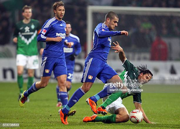 Bremen's Claudio Pizarro und Leverkusen's Eren Derdiyok kaempfen um den Ball waehrend des Bundesligaspiels zwischen SV Werder Bremen Bayer Leverkusen...