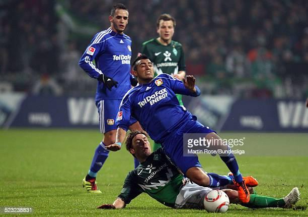 Bremen's Clemens Fritz und Leverkusen's Arturo Vidal kaempfen um den Ball waehrend des Bundesligaspiels zwischen SV Werder Bremen Bayer Leverkusen im...