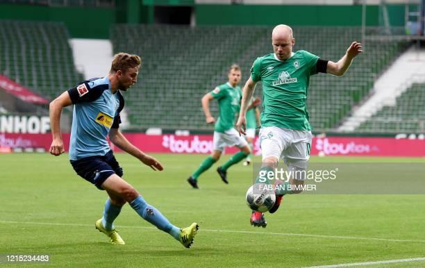 Bremen's Dutch defender Davy Klaassen and Moenchengladbach's German midfielder Christoph Kramer vie for the ball during the German first division...