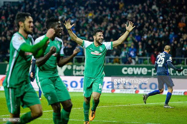 Bremen's Peruvian forward Claudio Pizarro and his teammates celebrate scoring the 33 during the German first division Bundesliga football match of SV...
