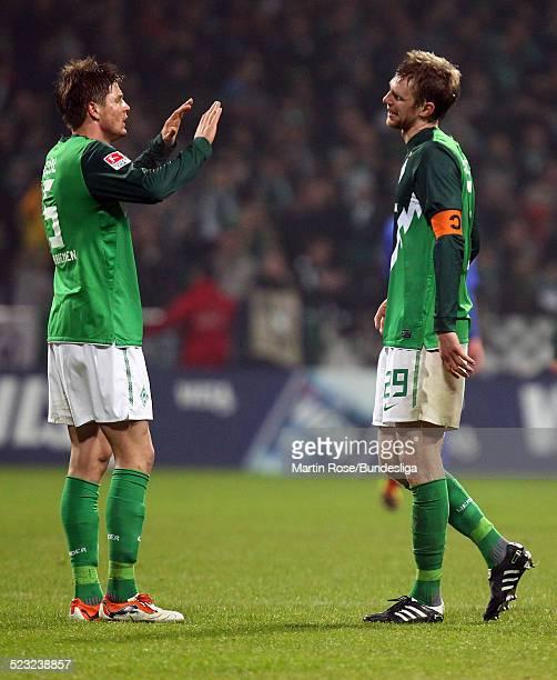 Bremen's Sebastian Proedl jubelt mit Per Mertesacker nach dem Bundesligaspiels zwischen SV Werder Bremen Bayer Leverkusen im Weser Stadion am...