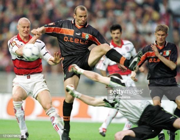 Bremens Torhüter Frank Rost versucht hechtend den Ball abzuwehren ebenso seine Vordermänner Bernhard Trares und Juri Maximow die Gefahr zu bereinigen...