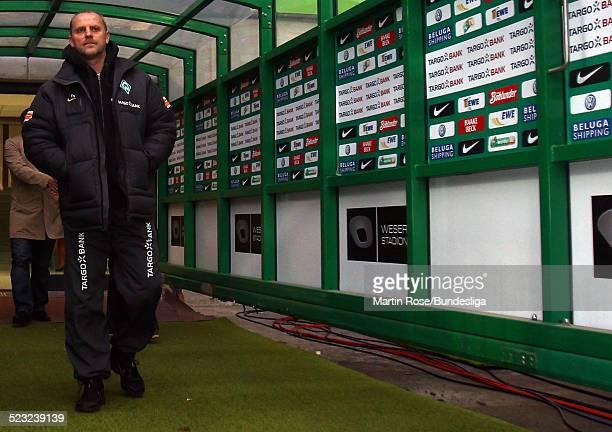 Bremen's Trainer Thomas Schaaf geht durch den Spielertunnel vor dem Bundesligaspiel zwischen SV Werder Bremen Bayer Leverkusen im Weser Stadion am...