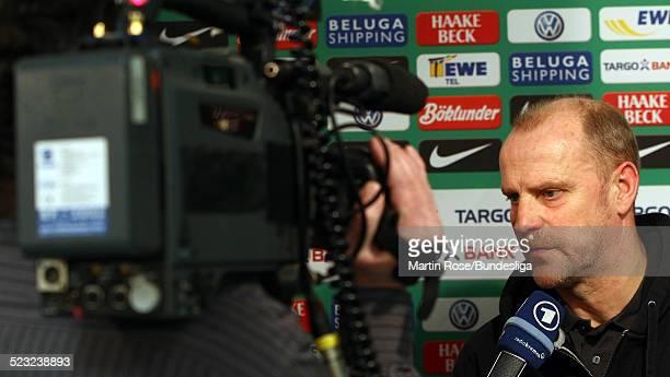 Bremen's Trainer Thomas Schaaf gibt ein Interview in der Mixed Zone nach dem Bundesligaspiels zwischen SV Werder Bremen Bayer Leverkusen im Weser...